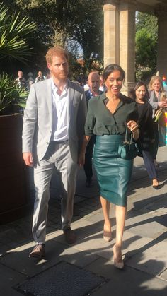Another eye-catching purse ? matching Duchess Melania's deep green outfit ? - Elaine O& - Another eye-catching purse ? matching Duchess Melania's deep green outfit ? Prince Harry Et Meghan, Meghan Markle Prince Harry, Princess Meghan, Prince And Princess, Estilo Meghan Markle, Meghan Markle Style, Hipster Outfits, Stylish Outfits, Royal News