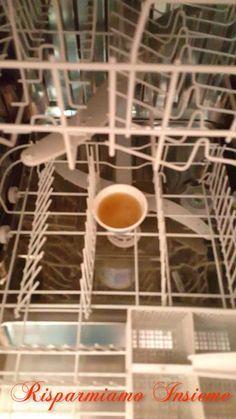 Quando la nostra lavatrice ( e spesso anche i panni già lavati) o la nostra lavastoviglie emanano un odore non proprio gradevole significa ... Storage Hacks, Organization Hacks, Guter Rat, Ideas Para Organizar, Sr1, Diy Cleaners, Tidy Up, Green Life, Home Hacks