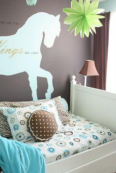 Dormitorio marrón y turquesa. Me encanta el cojín redondo de lunares marrones!!