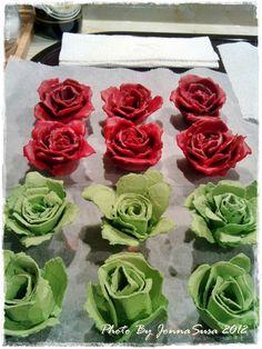 Sain aikoinaan lahjaksi viikonloppuvierailta kauniit sytykeruusut. Ne ovat niin kauniita, etten ole vielä tänäkäään päivänä raaskinut niitä...