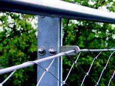 """Posible solución de """"orejeta"""" para canalizar el cable en los postes verticales de una barandilla."""