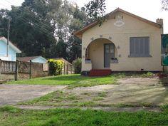 Casa antiga do bairro Portão, no meio de vários prédios. Note o ano de fundação na fachada da casa.