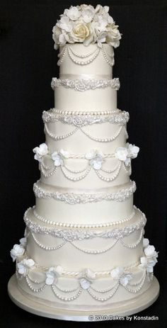 Every details nested in these gorgeous wedding cake designs from Cakes by Konstadin couldn't be more effortlessly elegant and timeless. Ivory Wedding Cake, Elegant Wedding Cakes, Beautiful Wedding Cakes, Gorgeous Cakes, Wedding Cake Designs, Amazing Cakes, Wedding Cakes With Cupcakes, Cupcake Cakes, Classic Cake