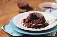 Lava cake sau vulcan de ciocolata este cel mai bun desert si cel mai rapid. Sosul de ciocolata ce curge din interior e de vis.