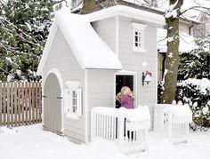 Kinderspielhaus / Firehouse im Winter / Mädchen wirft Schneeball