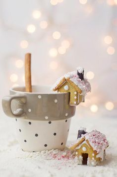 Mini gingerbread house cookies on the rim of a mug of hot chocolate ❤️ Mini Lebkuchenhaus Cookies auf dem Rand eines Bechers heißer Schokolade Noel Christmas, Christmas Goodies, Christmas Treats, Christmas Baking, Winter Christmas, Christmas Decorations, Christmas Coffee, Christmas Morning, Christmas Houses