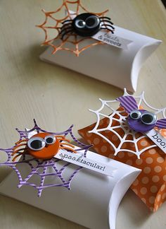 A combination of the PTI Essential Pillow Box Die, Web Trio dies, the Halloween Treats & Sweets stamp set and coordinating dies Diy Halloween, Dulces Halloween, Halloween Treat Holders, Halloween Paper Crafts, Adornos Halloween, Manualidades Halloween, Halloween Goodies, Halloween Projects, Holidays Halloween