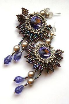 Beaded Earrings kan bruge den tutorial til blomsten Seed Bead Earrings, Beaded Earrings, Beaded Jewelry, Handmade Jewelry, Beaded Bracelets, Bead Embroidery Jewelry, How To Make Necklaces, Beaded Brooch, Beads And Wire