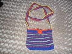 un bolso hecho a ganchillo,con cremallera,10€