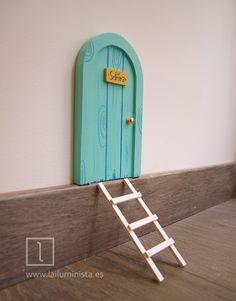 Puerta para el ratoncito Pérez de color verde. Hecha a mano con madera. Ilustrada imitando la veta de la madera. Tooth Mouse, Elf Door, Dental Art, Fabric Dolls, Diy Kits, Ale, Doodles, Barbie, Fairy