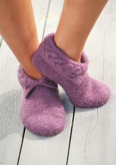 Filtede Hjemmesko med fin snoning - gratis PDF strikkeopskrift           Størrelse:  (2-4) 6-8 (10-12 år) M (L)  Garn:... Mittens, Slippers, Socks, Knitting, Felting, Scarves, Hands, Fashion, Pink