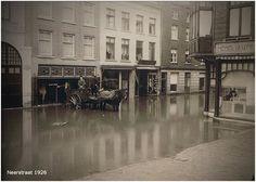 Wateroverlast in de Neerstraat in Roermond (tegenover de huidige Stadsbibliotheek en het Historiehuis) in 1926.