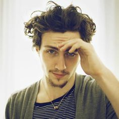aaron taylor-johnson - love your eyes and your wild wild hair (and accent). Boys With Curly Hair, Curly Hair Cuts, Short Hair Cuts, Curly Hair Styles, Short Curls, Short Curly Haircuts, Hairstyles Haircuts, Haircuts For Men, Haircut Men