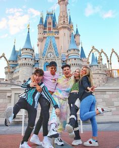 Pinner: Rinusfleur - James Charles with Ondreaz Lopez, Larry, Abby Roberts and Addison Rae Easterling Best Friend Pictures, Bff Pictures, Friend Photos, Cute Friends, Best Friends, Charlie Video, Brown Eyed Girls, Famous Girls, Best Friend Goals