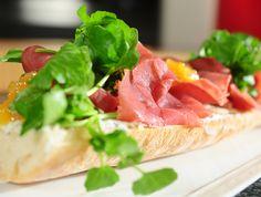 Open broodje met Filet d'Anvers, peertjes en Beerselse mandjeskaas