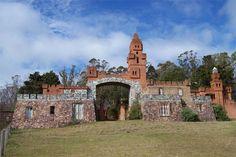 Mirando al mundo con sentimientos: El Castillo Pittamiglio del balneario Las Flores Homeland, Mansions, Country, Architecture, House Styles, Beautiful, Sidewalk, Travel, Uruguay