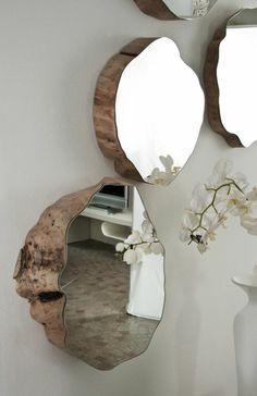 Peindre un couloir - un mur gris, quelques miroirs et une orchidée.