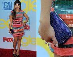 Jenna Ushkowitz, a Tina, criou um look fofo com vestido curtinho de paetês e bolsa-carteira com brilho!