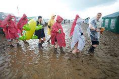 """Auf dem Gelände des Musikfestivals """"Rock am Ring"""" in der Eifel ist der Blitz eingeschlagen. Mehrere Menschen sind verletzt. Die Konzerte wurden unterbrochen. Der Deutsche Wetterdienst warnt vor weiteren Unwettern."""