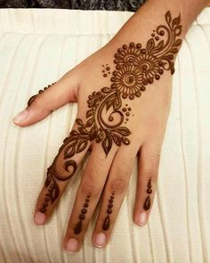 Mehndi design makes hand beautiful and fabulous. Here, you will see awesome and Simple Mehndi Designs For Hands. Mehndi Designs Finger, Simple Arabic Mehndi Designs, Mehndi Designs For Beginners, Mehndi Design Photos, Mehndi Designs For Fingers, Beautiful Mehndi Design, Best Mehndi Designs, Henna Tattoo Designs, New Bridal Mehndi Designs