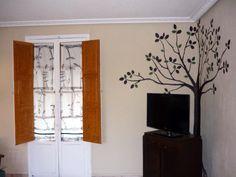 Salita de Cercedilla / Cercedilla living room.  Pintura mural con la imagen de otro árbol. Esta vez, en una esquina de la salita de la tv