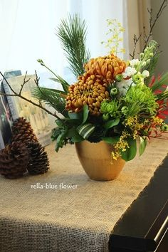 Valentine Flower Arrangements, Floral Arrangements, Branch Centerpieces, Flower Packaging, Christmas Flowers, Japanese Flowers, Arte Floral, Small Flowers, Ikebana