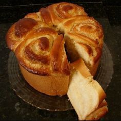 O Pão Doce de Coco é fácil de fazer, rende bastante e é muito fofinho e saboroso. Faça esse pão doce para o café e receba muitos elogios. Confira a receita!