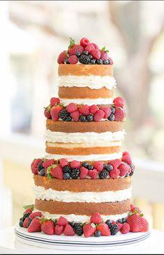 ウェディングケーキといえば生クリームでデコレーションされた真っ白なものを想像すると思いますが、いまのトレンドはネイキッドケーキ!ナチュラルで可愛らしくて、花嫁さんの間で大人気なんです。