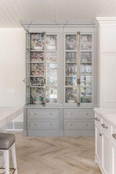 Rachel Parcell e sua cozinha linda, tradicional e elegante Fixer Upper Style, Log Home Kitchens, Dream Kitchens, Alice Lane Home, Home Luxury, Bronze Kitchen, Interior Design Kitchen, Interior Paint, Interior Ideas