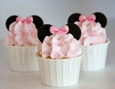 Si planeas una fiesta de cumpleaños para tu pequeña engreída, decorado con la dulce Minnie Mouse, las ideas que te presentamos a continuaci...