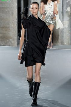 See all the Collection photos from Rick Owens Spring/Summer 2016 Ready-To-Wear now on British Vogue Catwalk Fashion, Dark Fashion, Minimal Fashion, Fashion Show, Women's Fashion, Fashion Week 2016, Fashion Week Paris, Spring Fashion, Style Couture