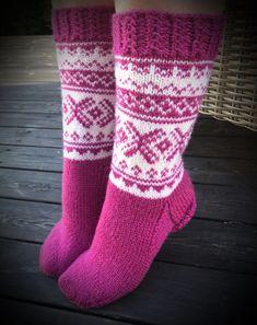 Strikkede rosa sokker med hvitt mønster i garnet Drops Karisma
