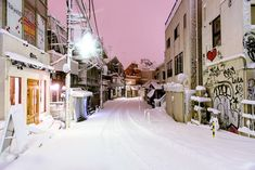 Harajuku under heavy snowfall around 2am on Valentine's Day night 2014.