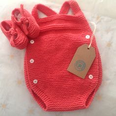 I do prefer thinner yarns for baby ~~ monos de punto pelotedelainebb Baby Knitting Patterns, Arm Knitting, Baby Patterns, Knitted Baby Clothes, Knitted Romper, Baby Girl Items, Diy Bebe, Baby Cardigan, Newborn Outfits