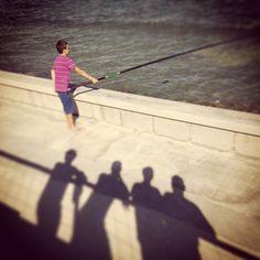 Zum Fotografieren brauchst du neben einer Kamera vor allem eines: Licht. Deshalb behandelt Lektion 4 den Begriff Belichtung. Doch Licht ist nicht gleich Licht. Man unterscheidet zwischen Licht von hinten (wenn du als Fotograf deinen Schatten im Bild siehst, auch Vorderlicht genannt), Licht von vorne (heißt Gegenlicht), Licht von der Seite, Licht von oben und von unten. Doch hier geht es um das Licht, das aus der Richtung aus der fotografiert wird aufs Motiv fällt. Shadows, Camera, Pictures