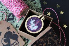 Cette miniature doté d'une souris aventureux fait partie de mon seul d'une collection unique de bijoux brodés : c'est une pièce unique que vous