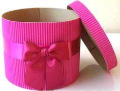 caja de regalo navideña con cartulina corrugada Diy Gift Box, Diy Box, Diy Gifts, Diy Crafts For Girls, Diy For Kids, Cardboard Box Crafts, Giant Paper Flowers, Candy Gifts, Diy Birthday