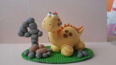 Topo de bolo decorado tema dinossauros em biscuit, Idade de 1 a 9 anos. A partir de 10 anos consultar valores com o vendedor.