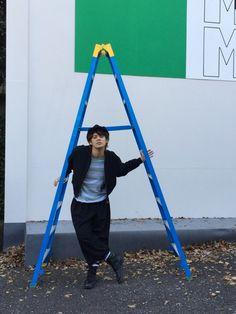 「MAMORU MIYANO LIVE TOUR 2015-16 ~GENERATING!~」無声映画のおまけ写真。昨日の続きをお話ししたいと思います!次は、脚立を使って、風船を取ってあげるシーン。取り敢えず、脚立で、カッコつける(笑)みん