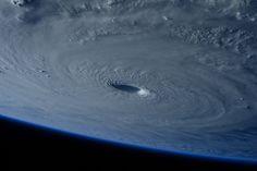 La estación espacial vuela sobre el súper tifón Maysak. La astronauta Samantha Cristoforetti de la ESA, captó esta imagen mientras volaba sobre el sistema climatológico a bordo de la estación espacial internacional. Crédito de la imagen: NASA/ESA/Samantha Cristoforetti