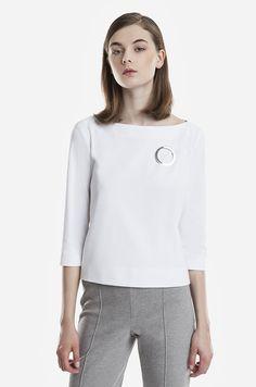 Metalowa broszka o geometrycznym kształcie.