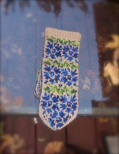 i do have blue & green & tan. Knitting Charts, Knitting Stitches, Knitting Socks, Knitting Patterns, Knit Socks, Sweater Mittens, Fingerless Mitts, Mittens Pattern, Wrist Warmers
