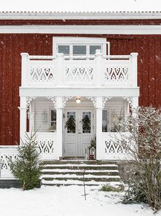 Vintervitt i Värmland (Made in Persbo) Swedish Cottage, Red Cottage, Cozy Cottage, Red Houses, Little Houses, Cottage Furniture, House Siding, Nordic Home, House With Porch