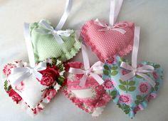 Lindo sache com com cheirinho de sua preferencia em tecido de algodão acabamento com laço em fita de cetim.    Pode ser feito em outras cores, estampas.