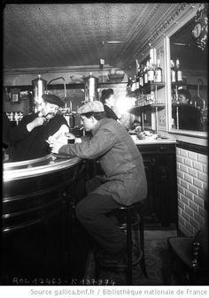 [Homme assis à un comptoir d'un café, lisant un journal sportif, 21/1/11] : [photographie de presse] / [Agence Rol] - 1911