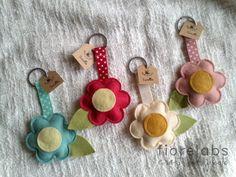 key chains from felt and ribbon Felt Diy, Felt Crafts, Crafts To Make, Felt Fabric, Fabric Scraps, Felt Flowers, Fabric Flowers, Felt Keychain, Keychains