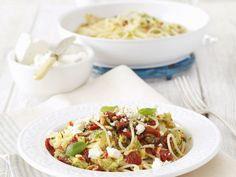 Pasta mit Zucchini, getrockneten Tomaten und Feta ist ein Rezept mit frischen Zutaten aus der Kategorie Fruchtgemüse. Probieren Sie dieses und weitere Rezepte von EAT SMARTER!