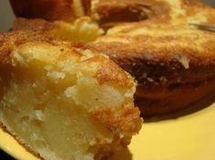 Bolo Cremoso: .1 lata de leite condensado .a mesma medida (lata) de leite de vaca .a mesma medida de leite de coco .a mesma medida de farinha de trigo .1/2 medida de açúcar .3 ovos inteiros .3 colheres de sopa de margarina Bata bem todos os ingredientes no liquidificador. Coloque em uma forma untada e polvilha e leve ao forno médio até que fique dourado. Tem uma consistência de pudim e é delicioso. Ps: Nao vai fermento mesmo! Rendimento: 20 porções Tempo de Preparo: 1 hora