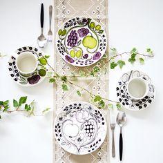 ARABIA社の「パラティッシ」 Ceramic Table, Ceramic Decor, Nordic Design, Scandinavian Design, Plate Design, China Painting, Marimekko, Cool Kitchens, A Table