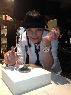 Abby making Smores in her lab! LOVE NCIS favorite t v shows Ncis Abby Sciuto, Anthony Dinozzo, Ncis Cast, Pauley Perrette, Ncis New, Ncis Los Angeles, Great Tv Shows, Film Serie, Music Tv